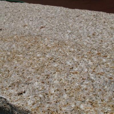 写真: 階段石 中国産 錆 四面ノミ仕上